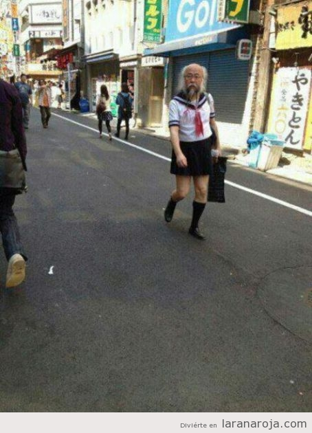 Mientras tanto en Japn, un seor mayor va vestido de colegiala por la calle