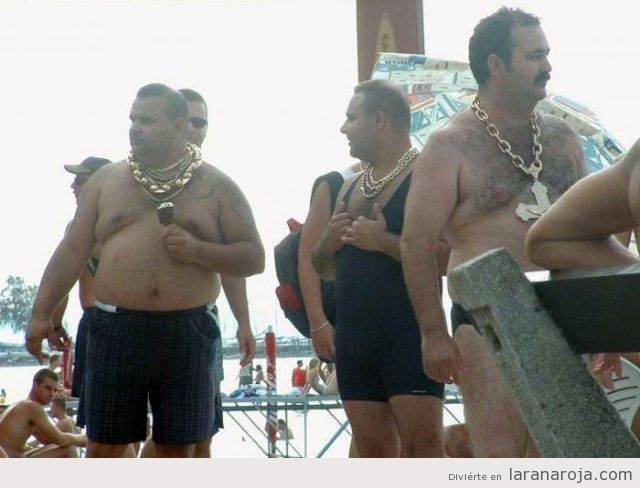 Hombres en la playa con cadenas de oro grandes colgadas en el cuello