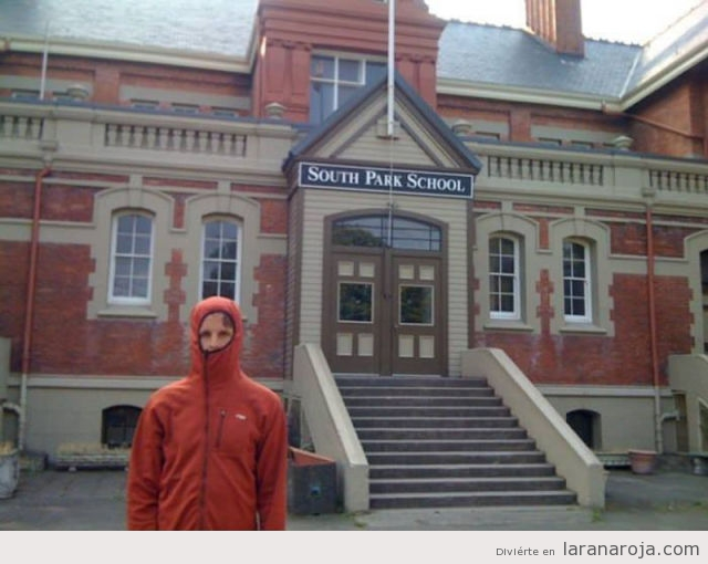Chico imitando a Kenny en South Park School