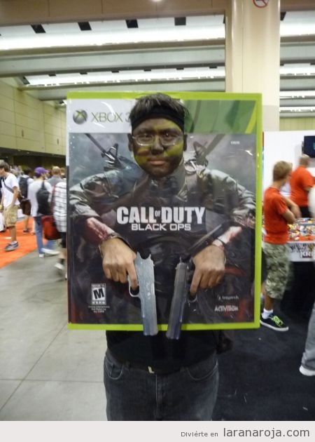 Chico con disfraz friki del videojuego Call of Duty Black Ops