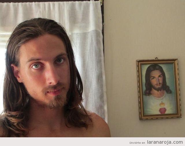 Chico con un parecido razonable de un chico con cuadro de Jesucristo