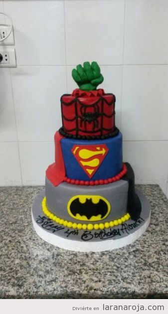 Tarta fondant friki con Superman, Batman, Spiderman y Hulk