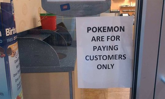 Cartel gracioso en un local, Pokemon solo para consumidores